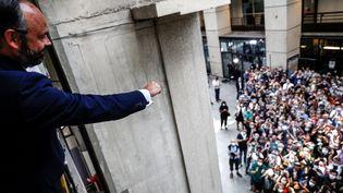 Le Premier ministre Edouard Philippe salue ses soutiens alors qu'il vient d'être réélu maire du Havre, lors du second tour des élections municipales, le 28 juin 2020. (SAMEER AL-DOUMY / POOL / AFP)