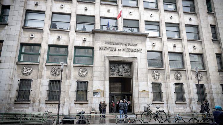 """Des proches des victimes du """"charnier"""" du Centre du don des corps de la faculté de Paris-Descartes manifestent devant l'université, le 27 février 2020. (LUC NOBOUT / MAXPPP)"""