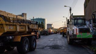 Des professionnels du BTP bloquent un dépôt pétrolier à Lorient, le 29 novembre 2019. (MAUD DUPUY / HANS LUCAS / AFP)