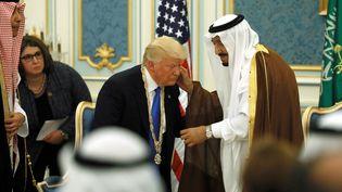 Le roi Salmane d'Arabie saoudite et Donald Trump lors du voyage officiel du président américain, à Riyad, le 20 mai 2017. (JONATHAN ERNST / REUTERS)