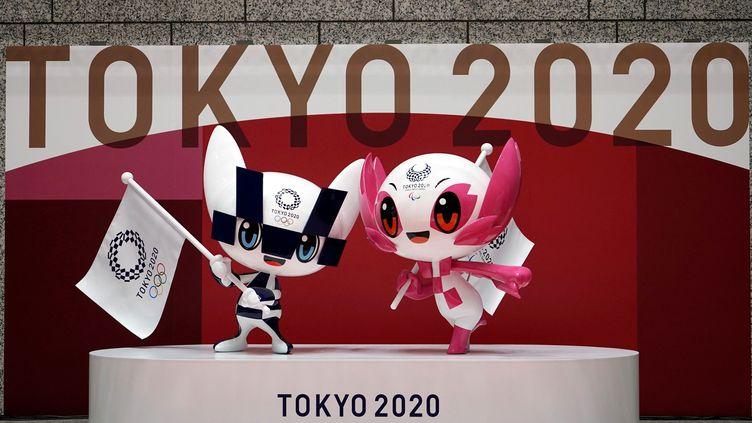 Les mascottes des Jeux olympiques de Tokyo, le 14 avril 2021, 100 jours avant le début des épreuves. (EUGENE HOSHIKO / AFP)