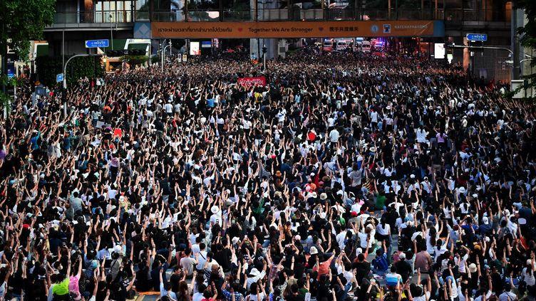 Des milliers de manifestants pro-démocratie à Bangkok, le 15 octobre 2020. (LILLIAN SUWANRUMPHA / AFP)