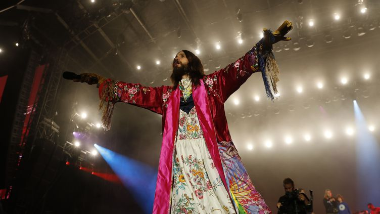 Jared Leto de Thirty Seconds To Mars en grand gourou des foules à Rock en Seine samedi soir. Son show monumental s'est terminé en apothéose, entouré de ses fans sous une pluie de confettis.   (Gilles Scarella / FTV)