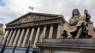 La statue de Colbert, ministre des Finances de Louis XIV de 1661 à 1683, devant l'Assemblée nationale à Paris a été vandalisée le 23 juin. Une figure contestée par les militants antiracisme. Il a travaillé à l'écriture du Code noir sur l'administration de l'esclavage dans les colonies, promulgué en 1685, deux ans après sa mort. (IP3 PRESS / MAXPPP)