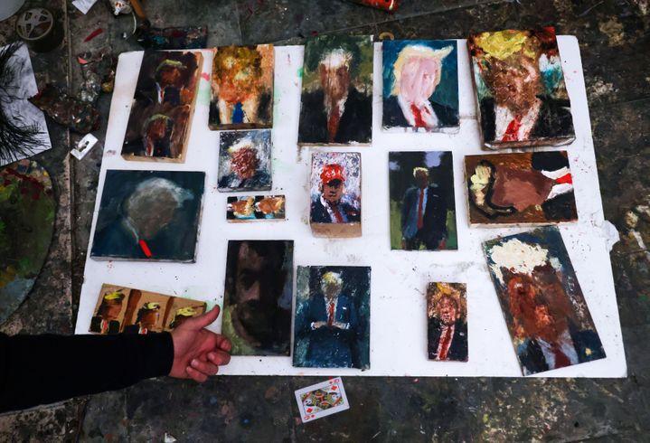Certaines des peintures d'Iddo Markus dans son atelier d'Haïfa, le 22 janvier 2021. (EMMANUEL DUNAND / AFP)
