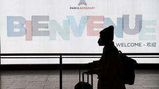 Un passager portant un masque contre le coronavirus aux arrivées de l'aéroport Roissy-Charles-de-Gaulle à Paris, le 26 janvier 2020 (photo d'illustration). (ALAIN JOCARD / AFP)