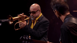 Stéphane Belmondo sur la scène du chapiteau de Jazz in Marciac ce lundi 1 août.  (capture d'écran France 3 / Culturebox)