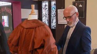 À Moulins (Allier), un collectionneur de robes anciennes expose actuellement ses trésors, parfois chinés chez Emmaüs. Visite guidée aux côtés de ce passionné. (FRANCE 3)