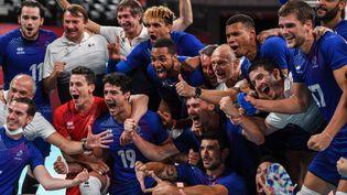 Les volleyeurs français exultent après leur victoire en demi-finale contre les Argentins, le 5 août 2021. (YURI CORTEZ / AFP)