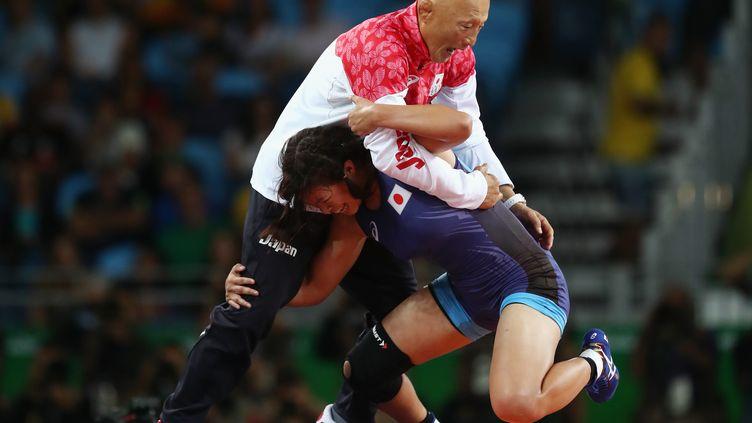 Risako Kawai célèbre son titre olympique avec son entraineur Kazuhito Sakae (JULIAN FINNEY / GETTY IMAGES SOUTH AMERICA)