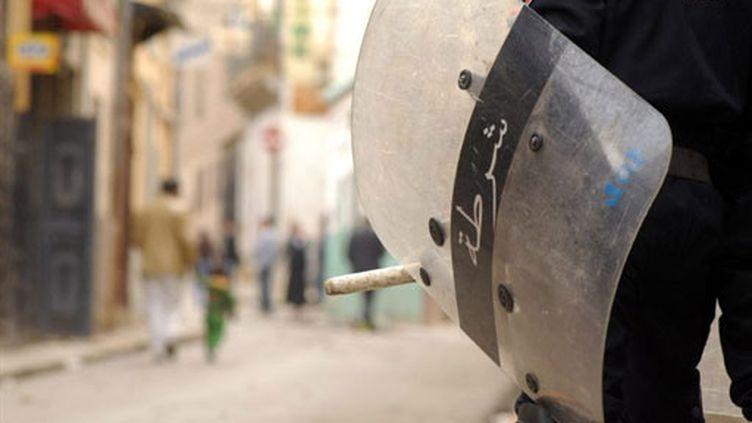 Un policier anti-émeute dans les rues d'Alger (archives) (AFP)