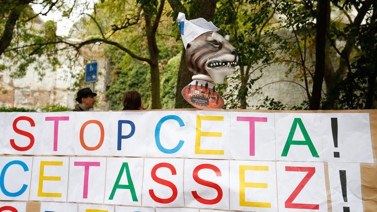 Pancarte anti-Ceta lors d'une manifestation devant le Parlement wallon, à Namur (Belgique), le 21 octobre 2016 (BRUNO FAHY / BELGA)