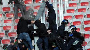 Affrontements entre les forces de l'ordre et les supporters de Saint-Etienne, à Nice, le 24 novembre 2013. (MAXPPP)