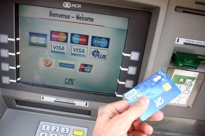 Un distributeur automatique de billets, en 2009. (SEBASTIEN NOGIER / MAXPPP)