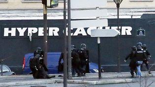 Les forces de l'ordre en faction devant le supermarché casher où s'est retranché Amedy Coulibaly,porte de Vincennes, à Paris, le 9 janvier 2015. (THOMAS SAMSON / AFP)