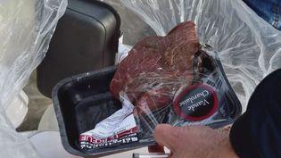 Dans un supermarché Leclerc de Mimizan dans les Landes, des invendus ont été aspergés de javel. Ce gaspillage est interdit depuis une loi en 2016. (FRANCE 3)