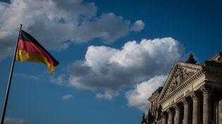 Le drapeau allemand flotte près du Bundestag, le 21 août 209. (ANDREA RONCHINI / NURPHOTO / AFP)