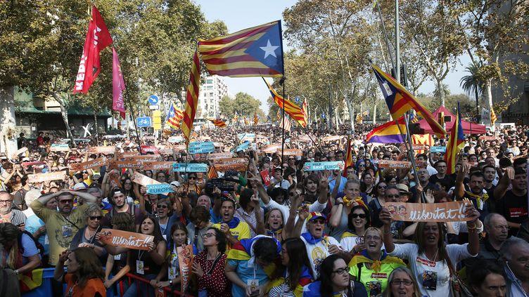 Des manifestants célèbrent la proclamation de l'indépendance de la Catalogne, à Barcelone, le 27 octobre 2017. (JOAN VALLS/URBANANDSPORT / NURPHOTO / AFP)