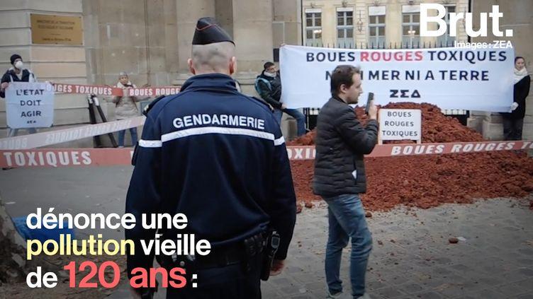 Ce mardi 12 février, des militants de l'association ZEA ont déposé plusieurs tonnes de déchets toxiques dans les rues de Paris. Ils dénoncent le mauvais traitement des rejets d'usine. (BRUT)