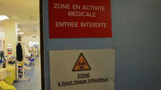L'entrée de l'unité des soins intensifs consacrée aux malades du coronavirus à l'hôpital Bichat à Paris, le 13 mars 2020. (ANNE CHAON / AFP)