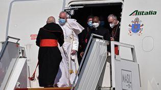 Le pape François à l'aéroport de Bagdad, en Irak, le 5 mars 2021. (VINCENZO PINTO / AFP)