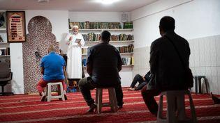 """Une prière """"espacée"""" dans une mosquée de Marseille, en pleine épidémie de coronavirus en mai 2020 (illustration). (CLEMENT MAHOUDEAU / AFP)"""