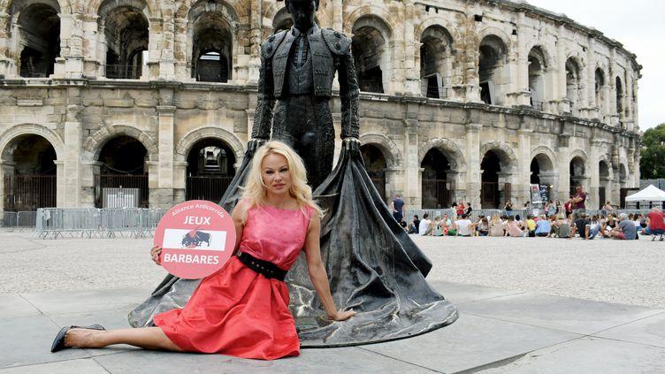 Pamela Anderson devant la statue de Nimeno 2 à Nîmes pour dénoncer la corrida, le 21 juillet 2017. (MATHIEU LAGUANERE / MAXPPP)