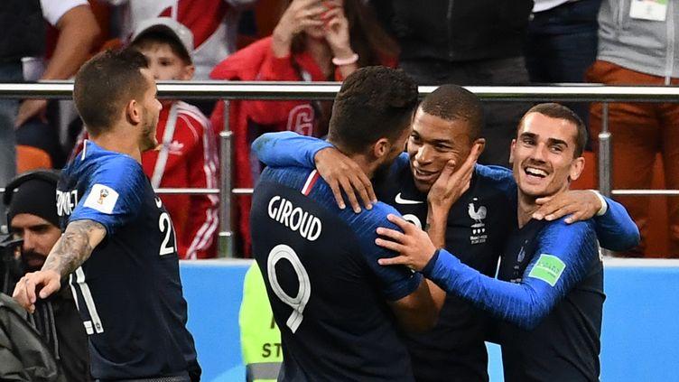 Les Français Olivier Giroud et Antoine Griezmann célèbrent le but de leur coéquipier Kylian Mbappé face au Pérou, le 21 juin 2018. (FRANCK FIFE / AFP)
