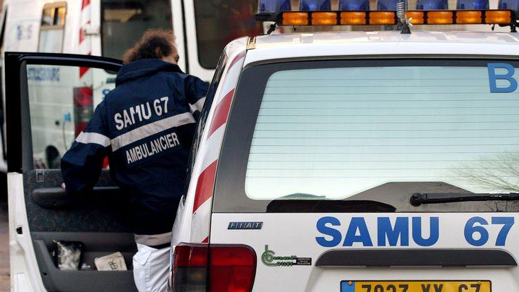 Un ambulancier du Samu, à Strasbourg (Bas-Rhin), le 31 décembre 2001. (PIERRE ANDRIEU / AFP)