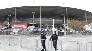 Des policiers assurent la sécurité aux abords du Stade de France, le 14 novembre 2015, au lendemain des attentats. (MIGUEL MEDINA / AFP)