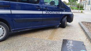 Fourgon de gendarmerie à Valence (Drôme). (FLORENCE GOTSCHAUX / FRANCE-BLEU DRÔME-ARDÈCHE / RADIO FRANCE)