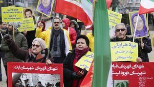 Des personnes manifestent à Bruxelles, le 3 janvier 2018, en soutien aux Iraniens qui protestent dans leur pays. (THIERRY ROGE / BELGA / AFP)