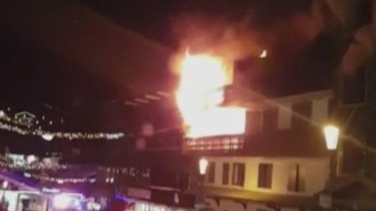L'enquête s'accélère à Courchevel (Savoie) après l'incendie qui a coûté la vie à deux saisonniers dans la nuit de samedi à dimanche 20 janvier. (FRANCE 2)