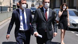 Olivier Véran et Jean Castex quittent le palais de l'Élysée, le 16 juin 2021. (THOMAS COEX / AFP)