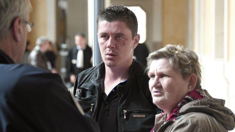 Daniel Legrand fils, un des acquittés d'Outreau,est accompagné de sa mère lors de son procès, le 19 mai 2015 à Rennes (Ille-et-Vilaine). (DAMIEN MEYER / AFP)