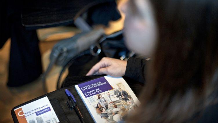 Les citoyens assesseurs reçoivent un kit composé d'un semainier, d'une clé USB et d'un jeu pour vérifier leurs connaissances, comme ici, à Dijon (Côte-d'Or), le 9 décembre 2011. (JEFF PACHOUD / AFP)