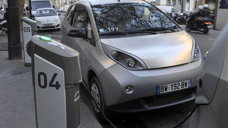 Une voiture Autolib à Paris. Leservice avait été lancéen 2011 par Bolloré. (SERGE ATTAL / ONLY FRANCE  / AFP)