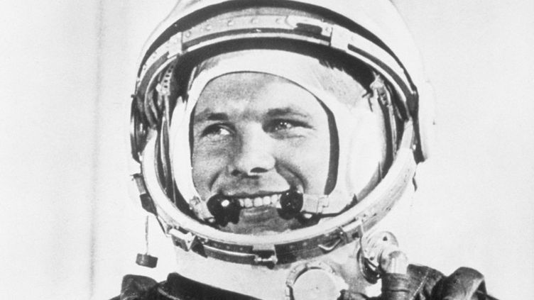 Le héros soviétique numéro 1, le major Youri Gagarin, le premier homme au monde à être allé dans l'espace. Une image célèbre tirée d'un documentaire, exposée au 2e festival international du film de Moscou en juillet 1961. (BETTMANN ARCHIVE / GETTY IMAGES)