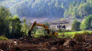 Un engin de chantier déployé sur la zone humide du Testet (Tarn), le 20 octobre 2014,où doit être construit le barrage de Sivens. (  MAXPPP)