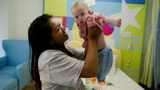 Le petit Gammy et sa mère porteuse, Pattaramon Chanbua, dans un hôpital thaïlandais de la province de Chonburi, le 4 août 2014. (NICOLAS ASFOURI / AFP)