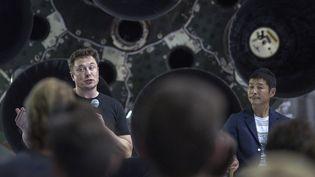 Le fondateur de SpaceX, Elon Musk, et le milliardaire japonais Yusaku Maezawa, le 17 septembre 2018, au siège de la compagnie américaine près de Los Angeles. (DAVID MCNEW / AFP)
