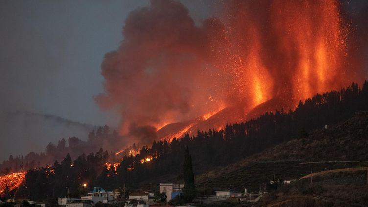 Le volcan Cumbre Vieja est entré en éruption sur l'île de La Palma, dans l'archipel des Canaries (Espagne), le 19 septembre 2021. (DESIREE MARTIN / AFP)