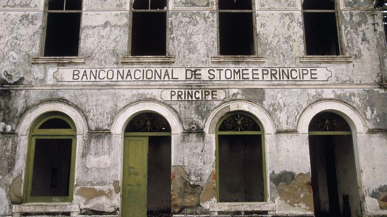 Ancienne banque portugaise de Santo Antonio, principale ville de l'île de Principe (São Tomé-et-Principe). (MICHEL GUNTHER / BIOSPHOTO)