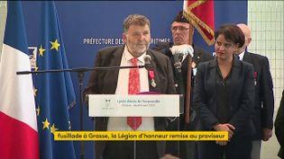 Le proviseur d'un lycée de Grasse (Alpes-Maritimes) reçoit la Légion d'honneur, le 6 avril 2017. (FRANCEINFO)