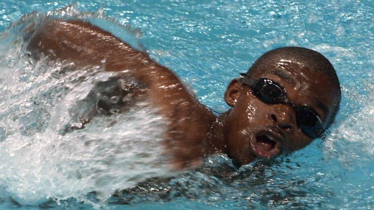 Eric Moussambani, nageur de Guinée équatoriale, aux Jeux olympiques de Sydney, le 19 septembre 2000. (FRANCOIS XAVIER MARIT / AFP)