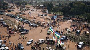 Des supportersarrivent pour assister à un rassemblement électoral organisé par le président de la République centrafricaine, au stade de Bangui, le 19 décembre 2020. (ALEXIS HUGUET / AFP)