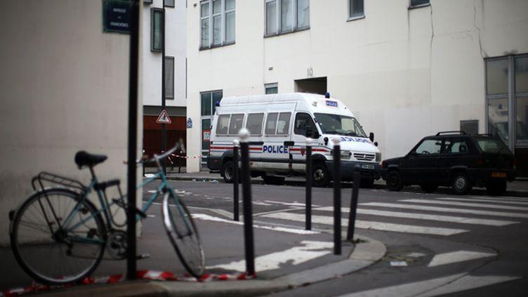 (Un véhicule de police devant le siège de Charlie Hebdo à Paris. © Maxppp)