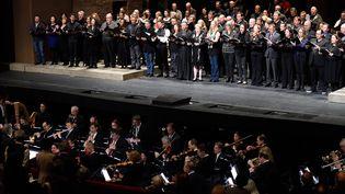"""Le coeur du Metropolitan Opera de New-York chante de manière impromptue """"La Marseillaise"""" en hommage aux victimes des attentats parisiens du 13 novembre 2015  (DON EMMERT / AFP)"""