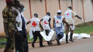 Des membres de la Croix-rouge recherchent des corps sur le site des affrontements, à Bangui (Centrafrique), le 6 décembre 2013. (SIA KAMBOU / AFP)