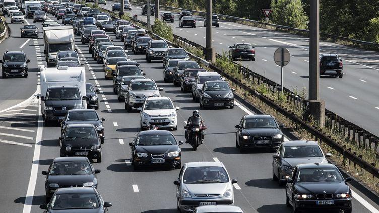 Bouchons sur l'A7 entre Lyon et Vienne, en région Rhône-Alpes le 11 juillet 2015. (JEAN-PHILIPPE KSIAZEK / AFP)